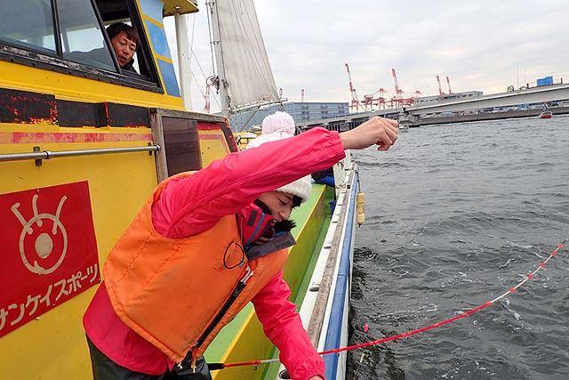 「仕掛けは巻きすぎない! 竿は横に置いて取り込んで!」と、アドバイスを送る船長