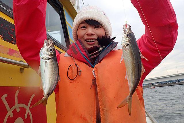 本命のアジを2匹まとめてゲット。すぐに釣れたこともあり、船酔いすることもいっさいなかった