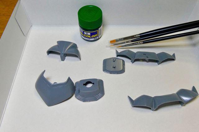 塗装するのは胴体と胸部だけなので、まずはこれらを切り分けて