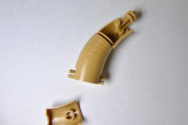 手足は中が空洞のいわゆるモナカ形式。可動は最小範囲ですがよく考えられています