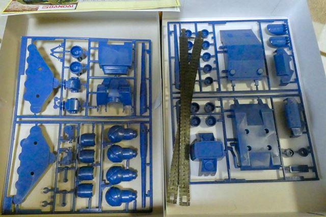 ランナーは2枚ですが、ブルー1色。キャタピラはラバーパーツです
