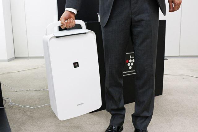 持ち運びしやすいようにハンドルを装備。重量は9.4kgなので、ちょっとした移動なら可能そう