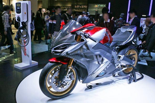 電動バイクとしてはめずらしく変速機構を備えているため、左側にシフトレバーが見える