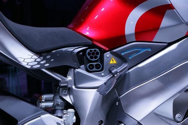 車体には充電用のポートも装備。バッテリーは交換式ではなく、車体に積んだ状態で充電する