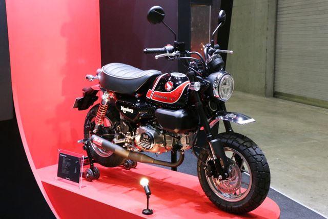 上の「Z900RS」と同じカラーリングが施されたモンキー125のカスタムマシンも、なかなかいい雰囲気