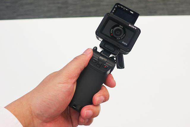 別売の「VCT-SGR1」を使えば、自分撮りもしやすい