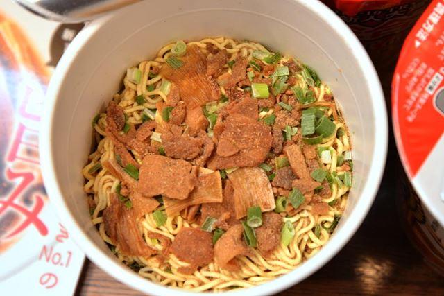 粉末の調味料が最初から入っていますが、別途で添付されている特製スープを後から投入して完成させます