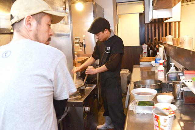 調理開始。お店のラーメンは、カップ麺のでき上がりに合わせて作ってもらいました