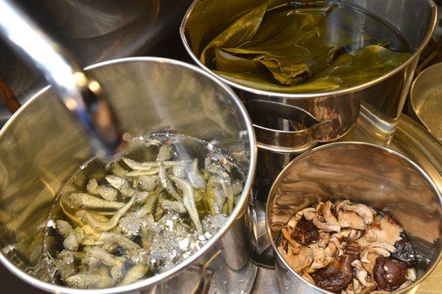ダシにする素材をそれぞれの鍋に。じっくりと旨みを抽出させていきます