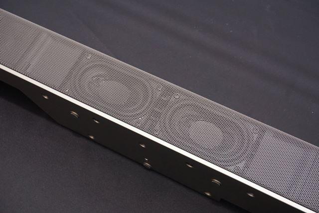サブウーハーをデュアル構成で搭載し、迫力の低音再生を実現
