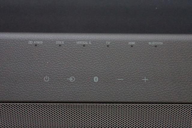 天面のインターフェイス。どのフォーマットで再生されているかもLEDランプですぐに確認できる