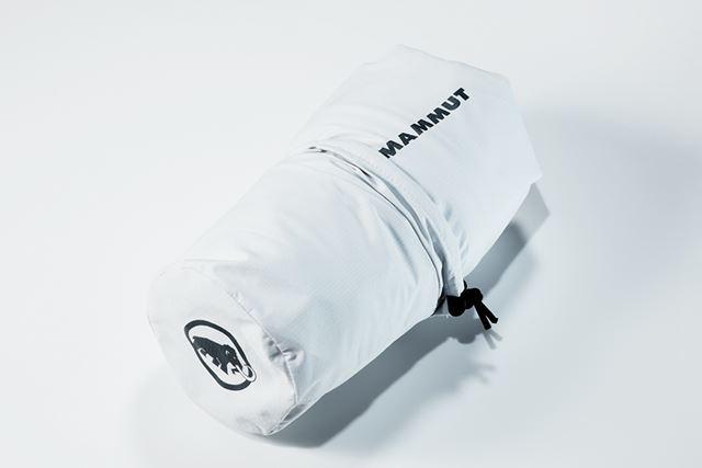 収納袋に入れて持ち運び、さっと取り出して羽織れるパッカブル仕様