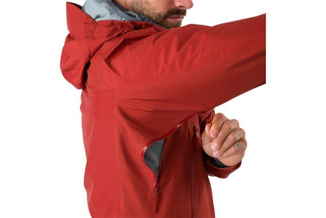 脇下には、体温調節のために欠かせないピットジップを完備