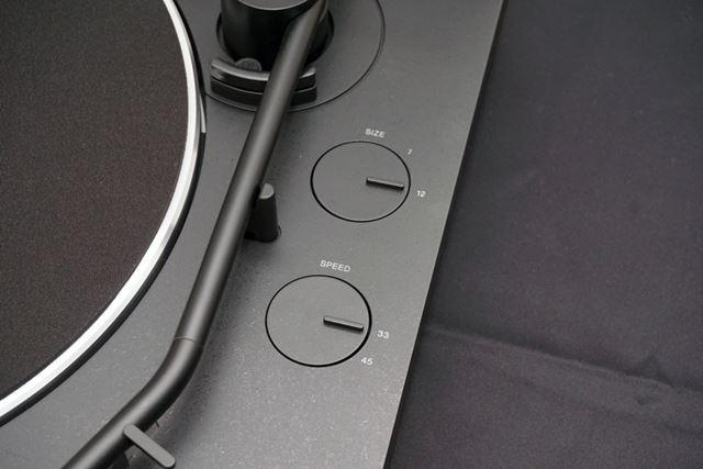 本体上部右側には、レコードサイズと回転数の切り替えスイッチを用意