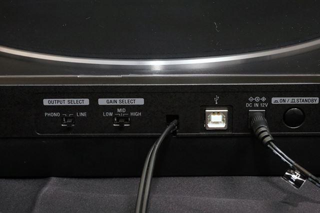 背面にはアナログ出力切り替えスイッチ、ゲインセレクトスイッチ、USB出力端子などが用意されている