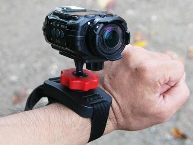 自分の手首に合わせて締め具合を調整できるので、「WG-M1」の重みでずれてしまうことはなかった