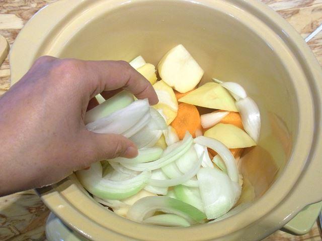 まずは、それぞれ一口大に切った野菜を内鍋に入れていく