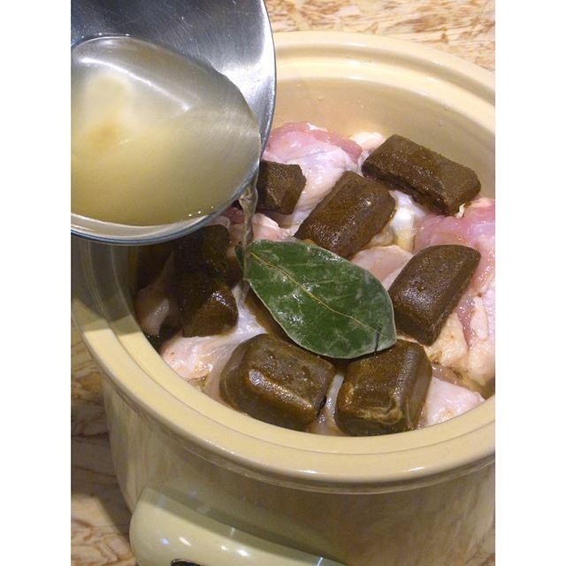 ローリエ1枚をのせ、固形スープの素を溶かした湯を上から注いだら準備完了