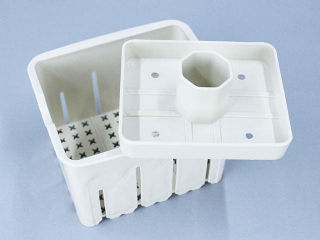 豆腐型。型に布をかぶせて、そこににがりを混ぜた豆乳を入れれば、豆腐が簡単にできる
