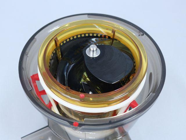 スクリューの底にある突起が、ドラムの底中央にある穴にしっかりはまっているのを確認する