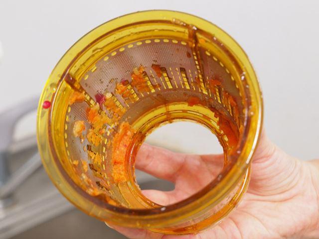 にんじんとりんごを搾った後のジュース用ストレーナー。網目に繊維が挟まって、洗うのが面倒そうだが……
