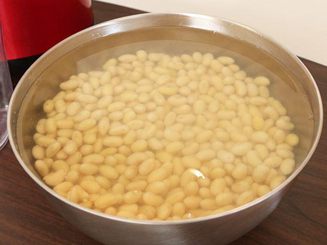 たっぷりの水に8時間ほど浸した大豆を、水と一緒に少しずつジューサーにかけていく