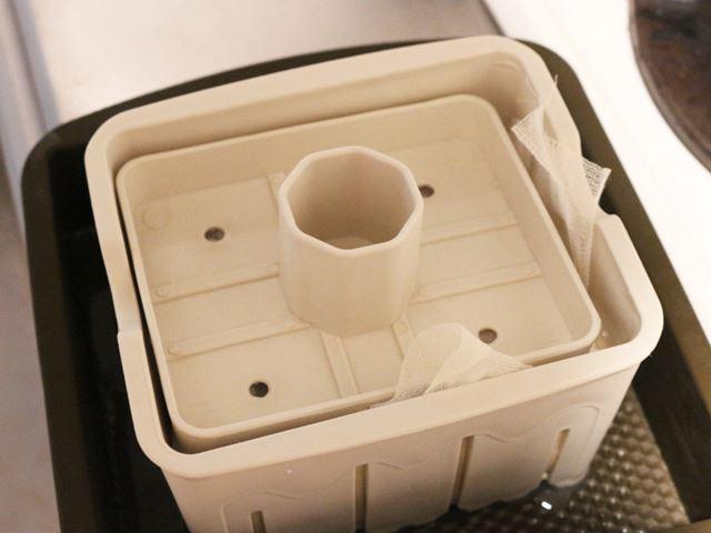 押し込み板で10〜15分ほど重石をしておくと豆腐ができるようだ。意外と早い!
