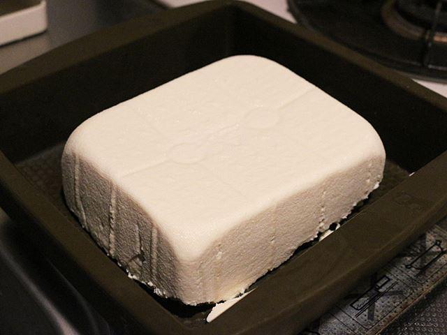 しっかり固まっていて、型から外しても崩れる気配もなく、ずっしりとした堂々たる豆腐の完成