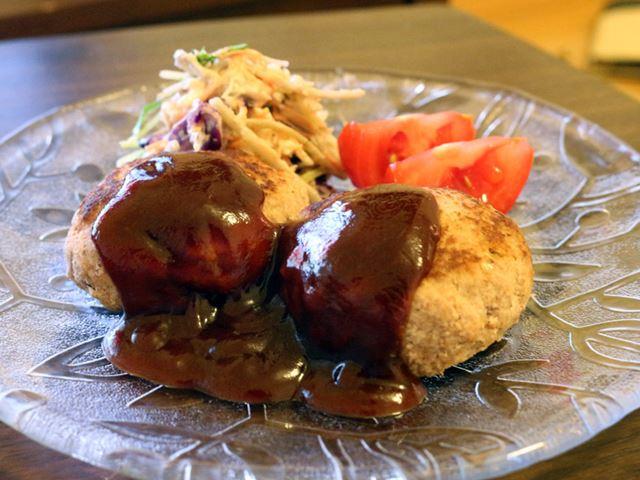 おからはハンバーグのタネに混ぜておからハンバーグに。ヘルシーさに加え、大豆をムダなく食べ切った達成感でよりおいしく感じる