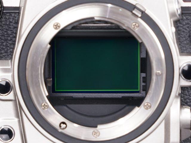 「D4」と同一の35mmフルサイズCMOSセンサーを搭載