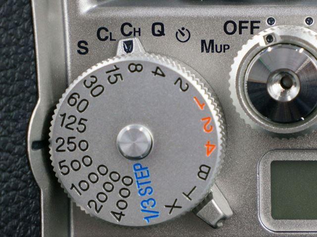 連写は最高約5.5コマ/秒に対応。静音撮影モードも備えている