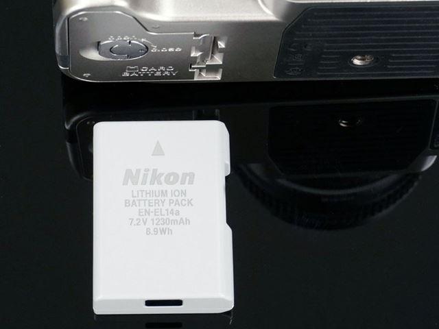 対応するバッテリーは「EN-EL14a」。撮影可能枚数は、約1400コマとなっている