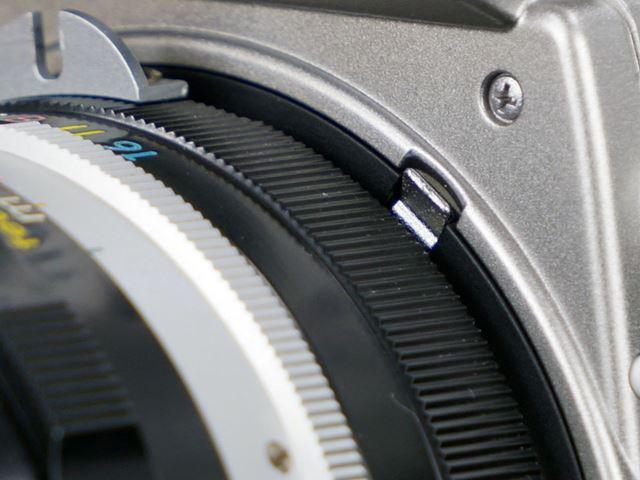 非Ai方式のレンズ「NIKKOR-N Auto 24mm F2.8」を装着したイメージ