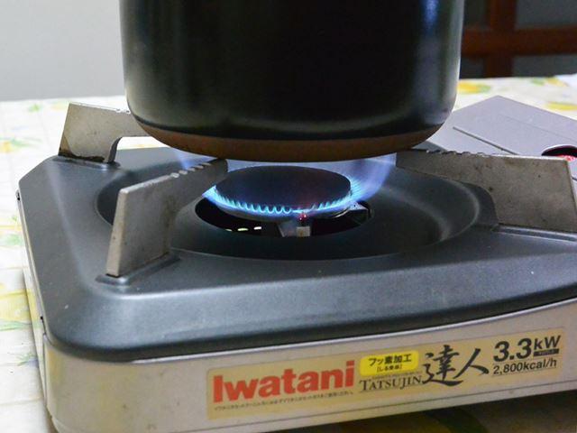 フタを装着し、火は鍋の側面に広がらない程度で加熱。このまま8〜10分経過すると、炊き上がるという