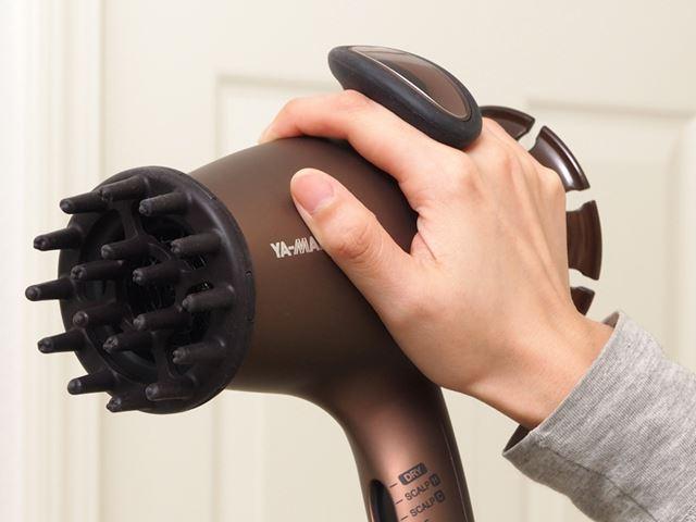 グリップは「スカルプモード」を使用する際、指にかけてしっかりと本体をホールドするために使用します