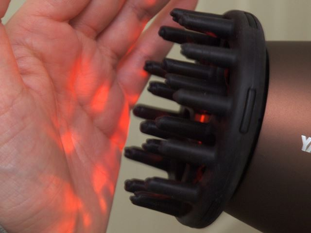 「スカルプHOTモード」の場合、吹出口から3cmの場所でも約42℃と、手を近づけても心地よい温度