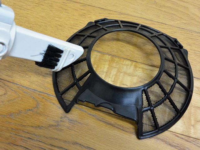 吸気口にあるフィルターに付着したホコリは、たまに掃除機で取り除こう