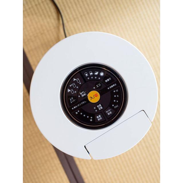 本体上。操作ボタンは本体の上部分に集合。タッチボタン式でシンプルなデザインに