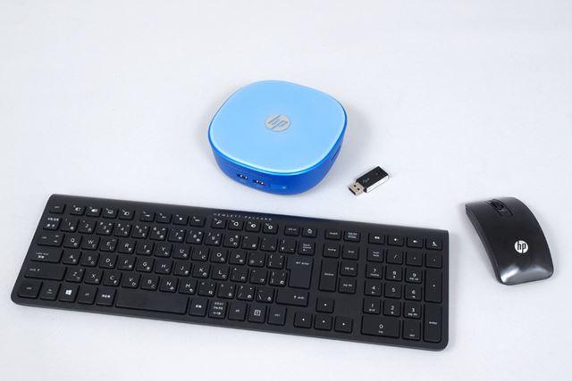 ワイヤレス接続のキーボードとマウスが付属する