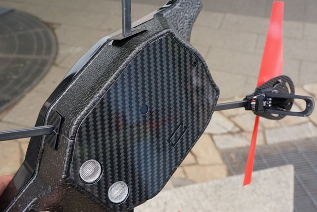 背面は複合素材で覆われており、着陸時のダメージからボディを守っている