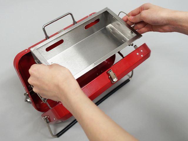 グリルの土台(開いたケース)を用意したら、その上に炭を入れるトレイをセット