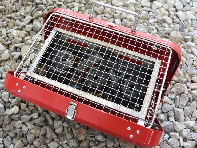 炭に火が点いたので、上に網を乗せて食材を焼いていく。網のサイズは縦155×横245mm(筆者、測定)