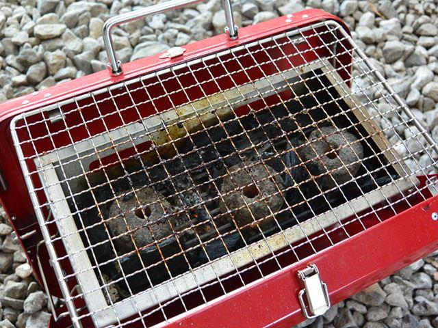 バーベキュー終了後の網は、油とススでけっこう汚れている