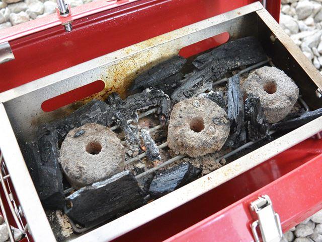 炭を入れた容器が熱い場合は、熱をガードできるもので挟んで取り外す
