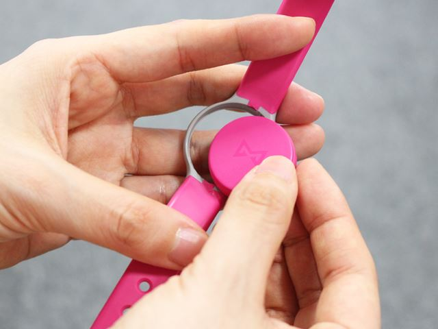 ベルト、クリップどちらも輪の部分に本体をはめ込むだけなので、簡単に装着できる
