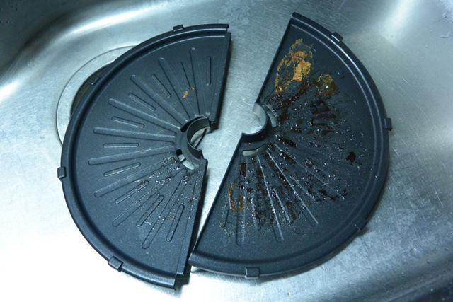 円形のプレートは半分に分割できるため、とても洗いやすい。小さめのシンクであっても、対応できそうだ