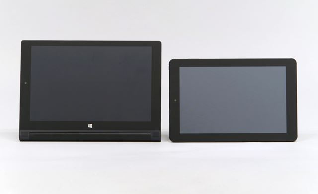 10型のWindowsタブレット(左)との比較。8.9型の本機は画面が一回り以上も小さい