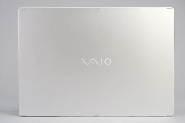 ワイヤレスキーボードの裏は本体と同じシルバーで、6つのゴム足が付いている