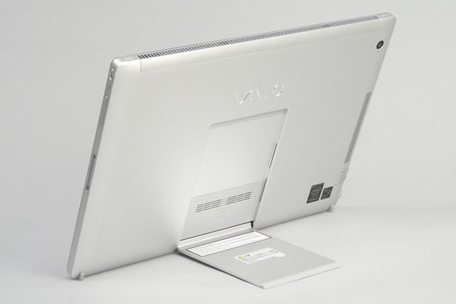 フリースタイルスタンドにより、タブレット単体で自立する。スタンドが細いので、膝の上では使いにくい