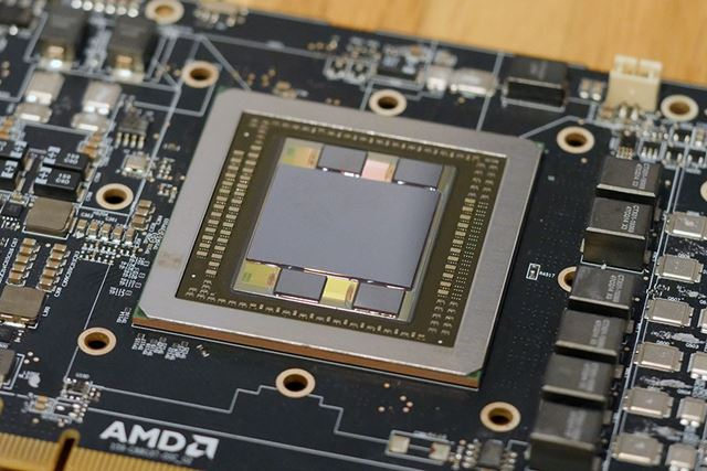 GPUコアのまわりに4つの積層メモリーが実装されている。これがビデオメモリーになっているのだ